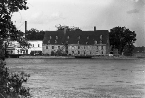 Source : Archives de Montréal, https://archivesdemontreal.ica-atom.org/labord-plouffe-laval-le-moulin-du-crochet-gros-plan-edgar-gariepy-1928